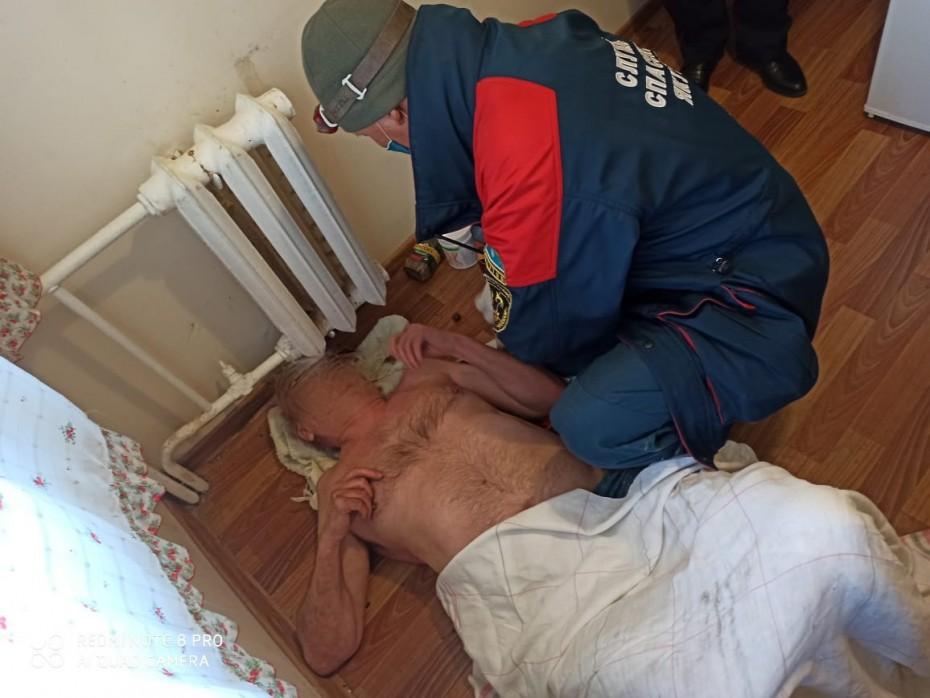 Застрявшего головой между труб отопления пенсионера спасли в Якутске