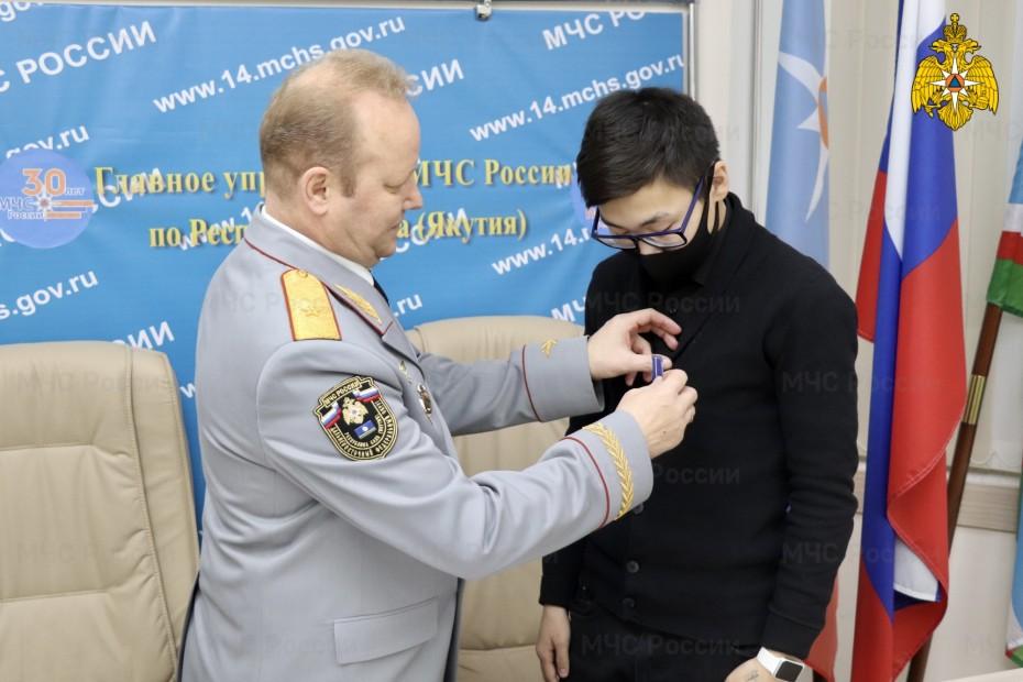 За спасение двоих утопающих награжден школьник в Якутске