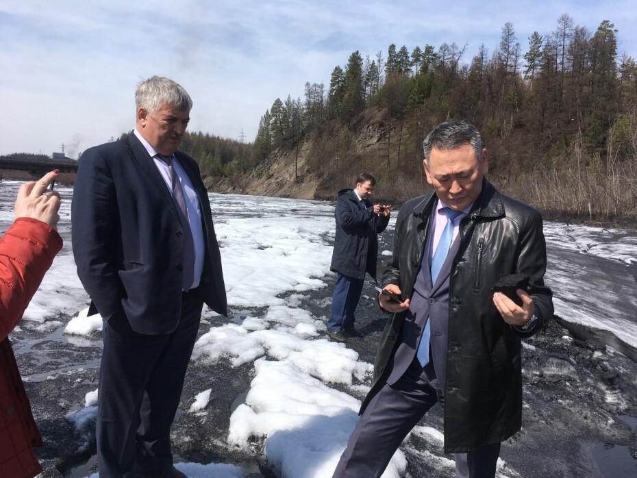 AcGaijK75m Министр охраны природы Якутии зафиксировал на реке Чульман толстый слой угольной пыли