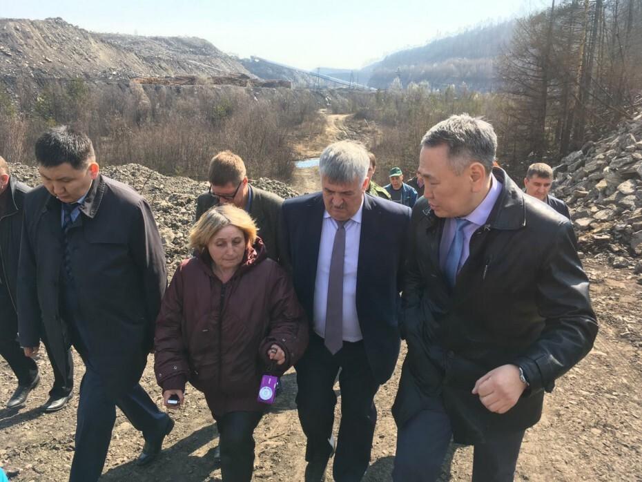 HFW55zv2S2 Министр охраны природы Якутии зафиксировал на реке Чульман толстый слой угольной пыли