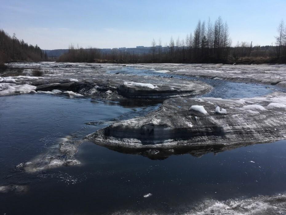 MIm8qGXWcf Министр охраны природы Якутии зафиксировал на реке Чульман толстый слой угольной пыли