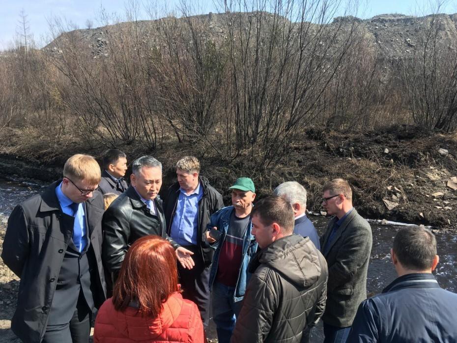 W2YHMAFpCF Министр охраны природы Якутии зафиксировал на реке Чульман толстый слой угольной пыли