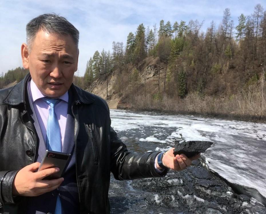 QAeo20lToN Министр охраны природы Якутии зафиксировал на реке Чульман толстый слой угольной пыли