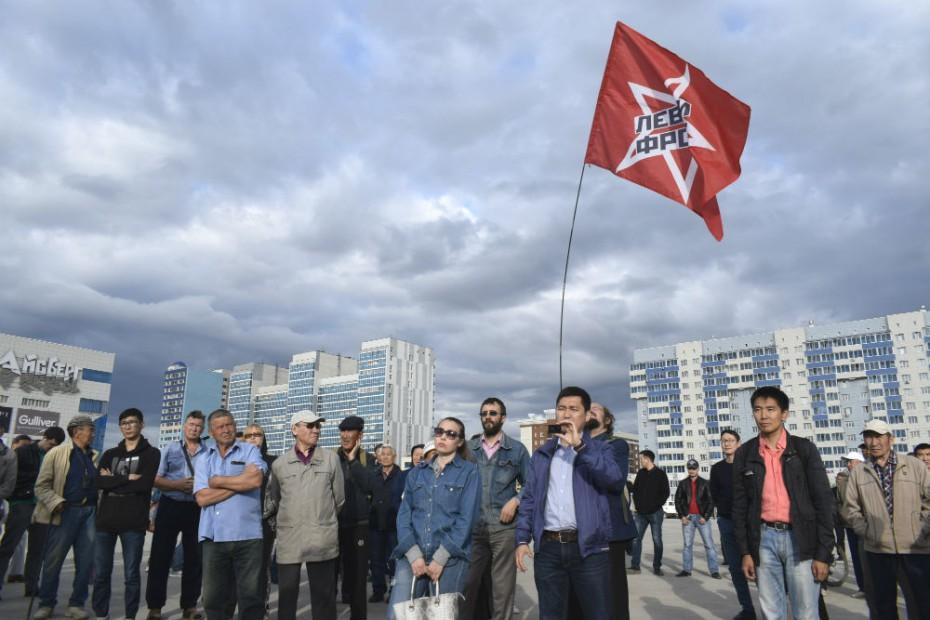 Митингующие призвали выгнать гнилых депутатов и снизить цены на проезд